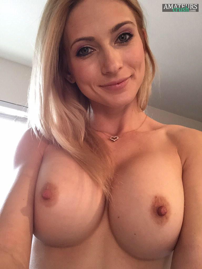 Blonde nude selfie