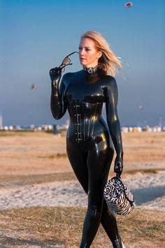 anziehen Latex catsuit