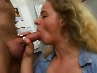 Frau zieht sich vor kamera aus